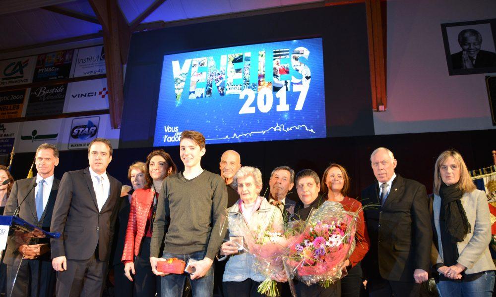 photo sur scène les élus entourent les 3 venellois médaillés