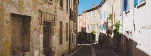 Photos d'une rue étroite dans le centre ville encadrée par des immeubles provençaux.