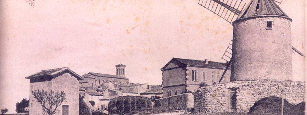 Photo d'archive sépia montrant le moulin et la ville de venelles d'antan