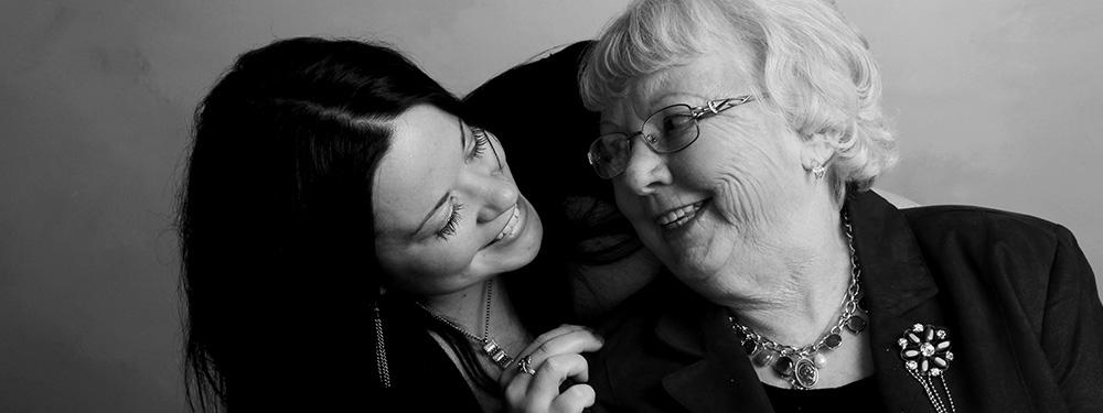 Photo représentant un moment de complicité entre une petite fille et sa grand-mère