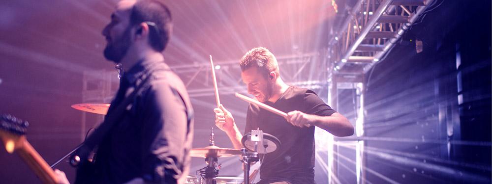 Photo d'un batteur en pleine action sur une scène