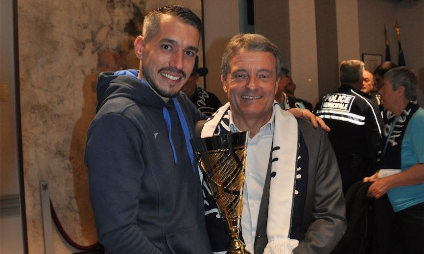 Bernard Soulas président du PAVVB et Felix André, entraineur de l'équipe des ReBelles, posant avec la coupe de France dans les mains