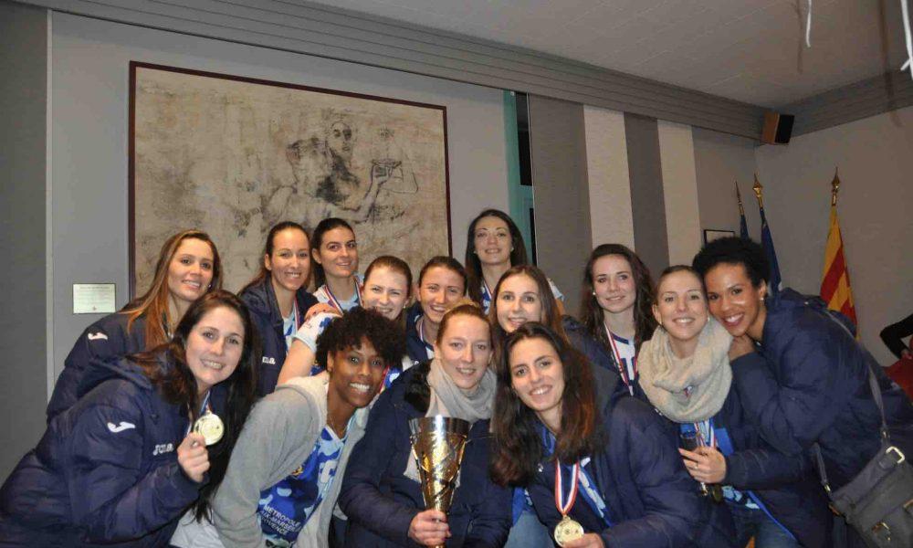 Toute l'équipe de belles ReBelles portant la coupe et leurs médailles avec fierté !