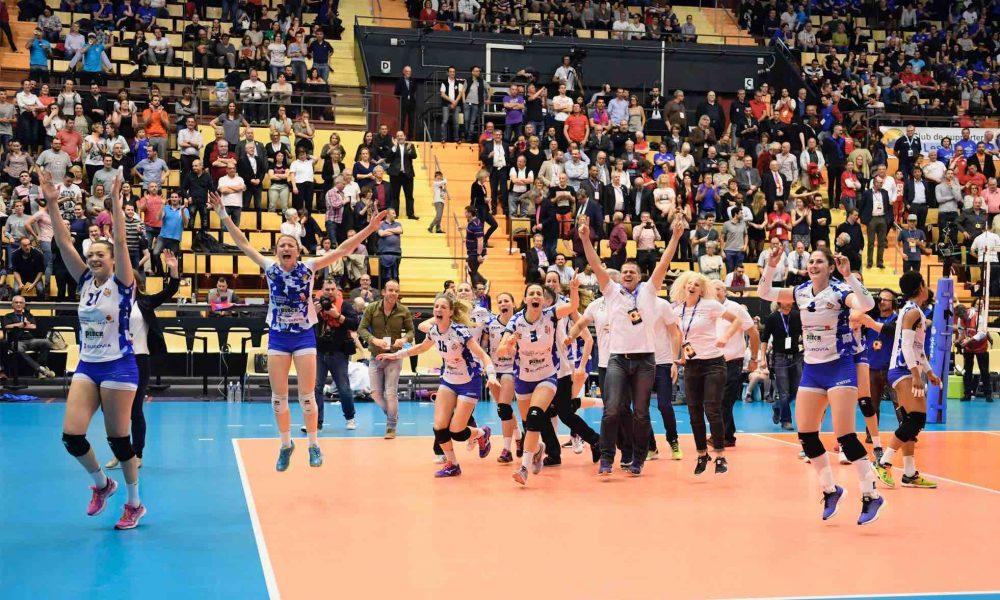 Les joueuses du PAVVB, le staff en train de sauter de joie sur le terrain après l'annonce de leur victoire en coupe de France devant nombreux spectateurs