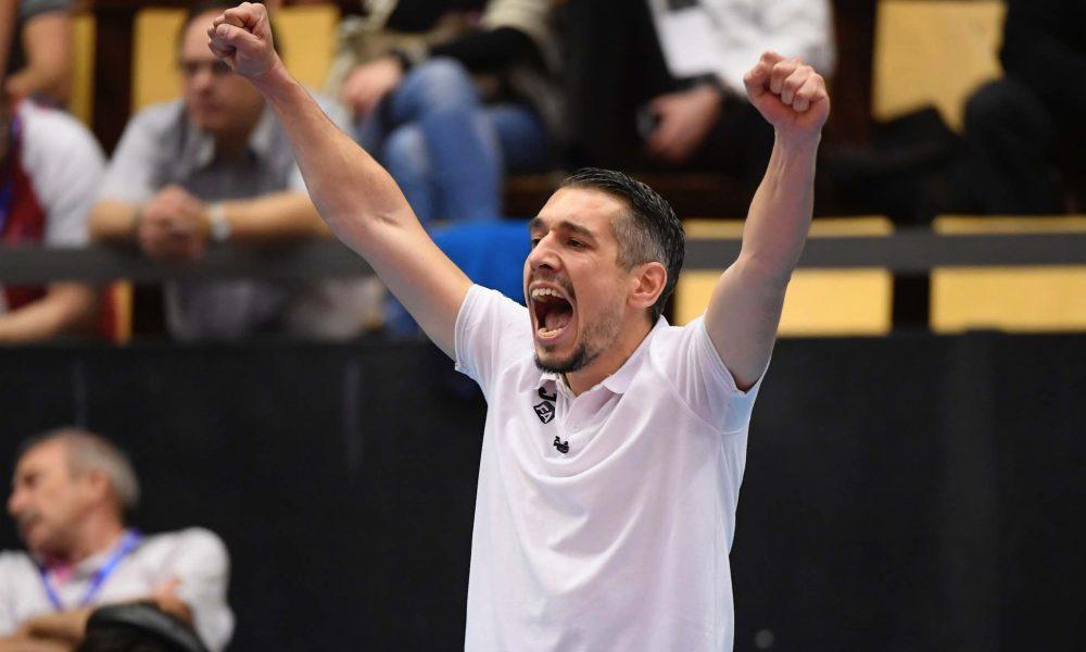 Felix André, entraîneur de l'équipe pro du PAVVB, les points en l'air après la victoire des Rebelles