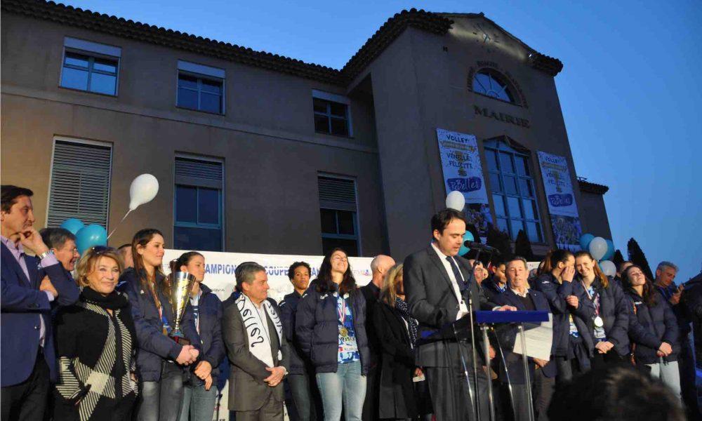 Photo du maire de Venelles en train de faire son discours devant la mairie