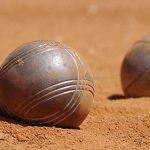 Photo de 3 boules de pétanque sur un terrain de boule