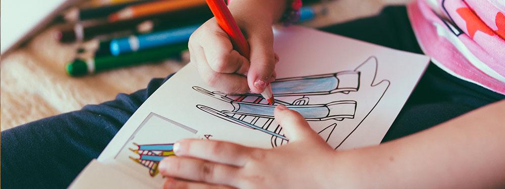 Photo d'un enfant en train de faire du coloriage