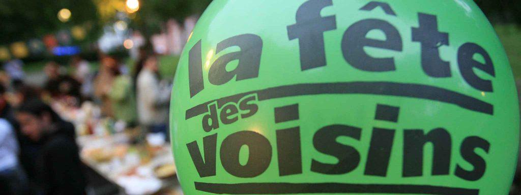 Ballon inscrit Fête des voisins et fête en arrière plan