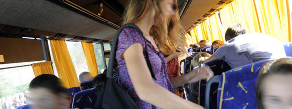 Photo en action d'élèves dans le bus scolaire