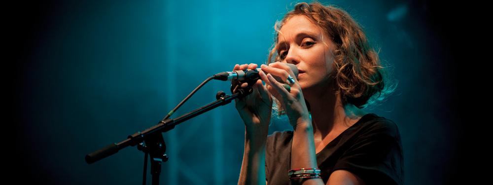 Photo de la chanteuse Clio chantant sur scène