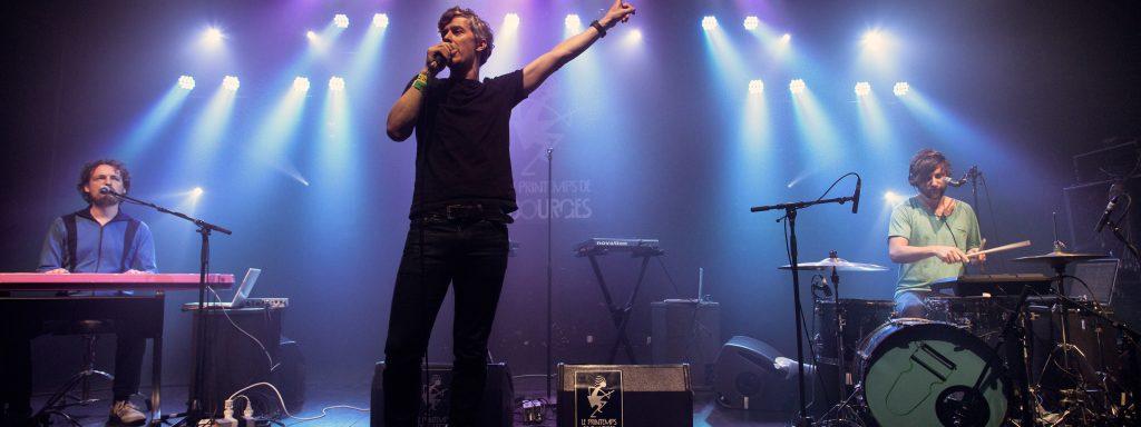 Photo de Fabien Tharin en train de chanter sur scène avec son groupe pour les Inous de Bourges