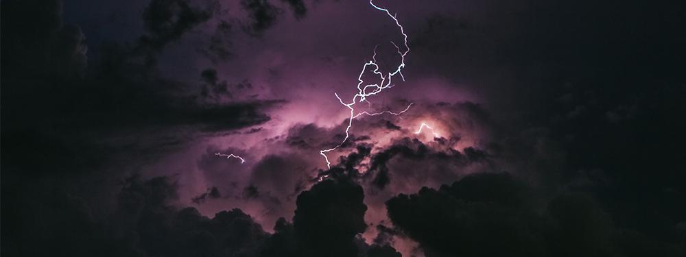Photo d'un ciel Rose et noir avec des éclairs