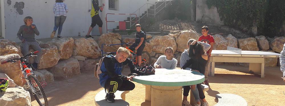 Photo représentant des jeunes ayant investi la nouvelle place aux jeunes de Venelles