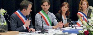 Photo du conseil municipal extraordinaire montrant Arnaud Mercier, maire de Venelles et Jonas Sotgia en train de parler