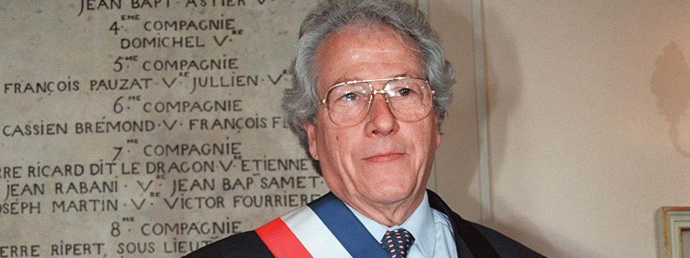 Photo de Robert Vigouroux en train de poser avec son écharpe de Maire