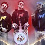 Photo représentant 3 rockeurs sous les feux des projecteurs munis de leurs instruments-jouets