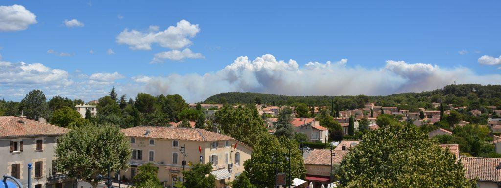 Vue de Venelles montrant la fumée de l'incendie à Mirabeau et Jouques