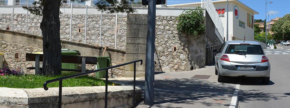 Photo d'une voiture mal garée sur un trottoir représentant le stationnement gênant