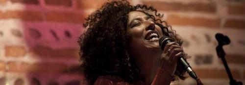 Photo représentant une jeune femme en train de chanter