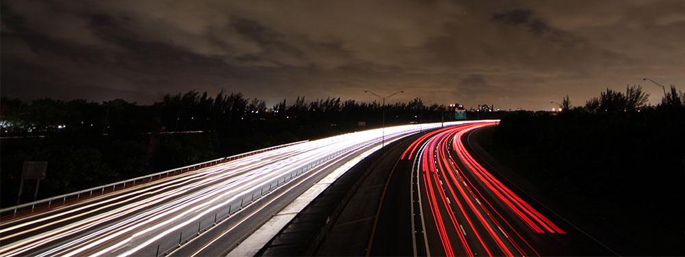 Photo vue de haut d'une autoroute avec des couleurs flashy marquant la vitesse des voitures