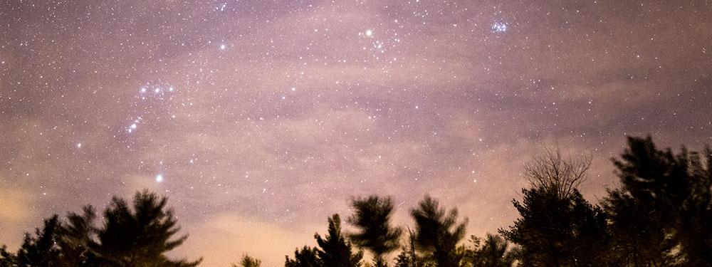 Photo d'un ciel rouge étoilé