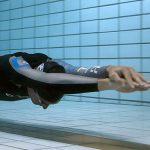 Photo montrant un homme en train de nager en apnée dans une piscine
