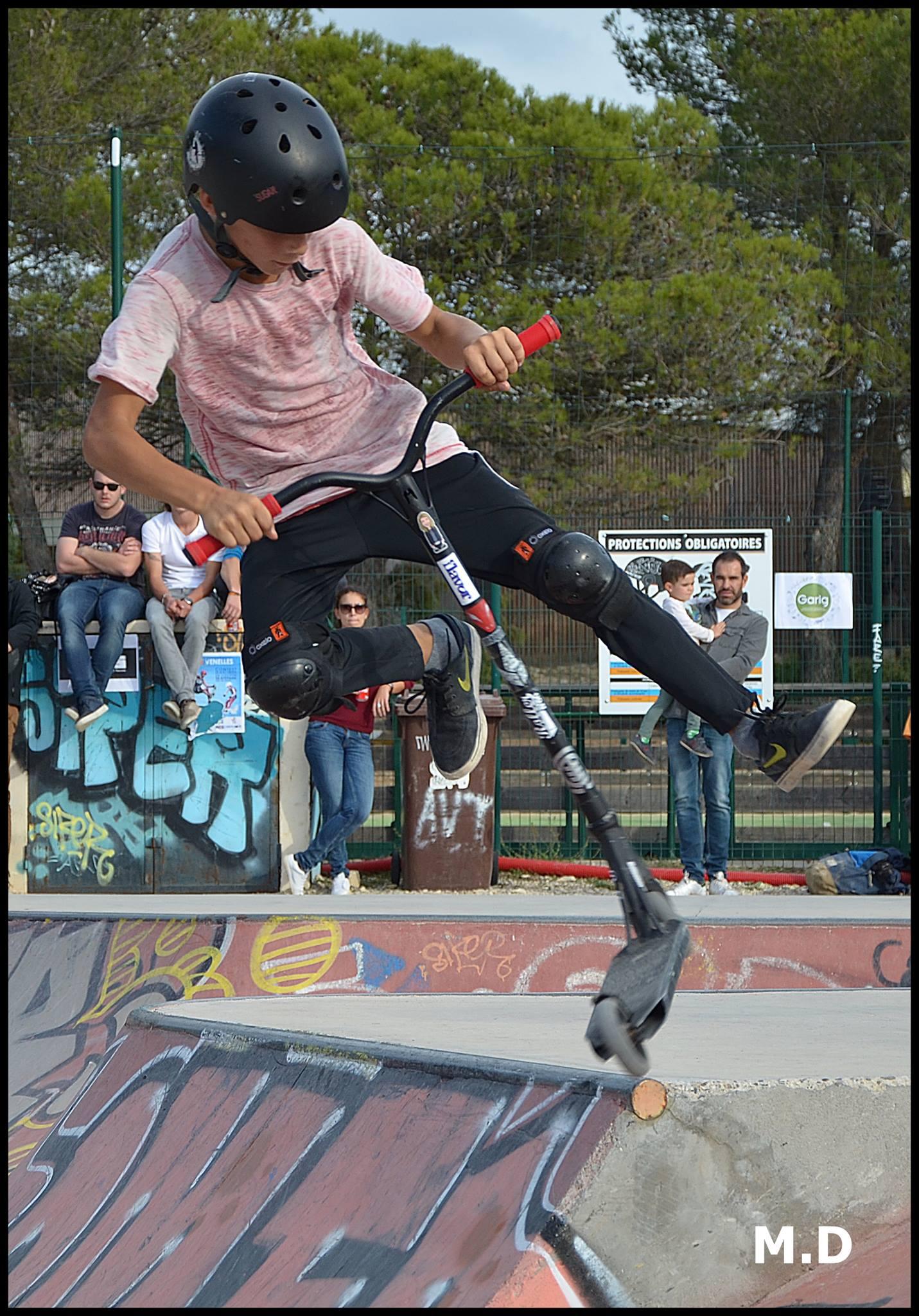 Photos d'un jeune garçon sur la rampe de skate en train de faire une figure en trottinette