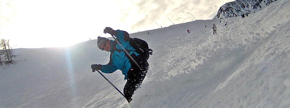 Photo d'un skieur en train de descendre une piste enneigée