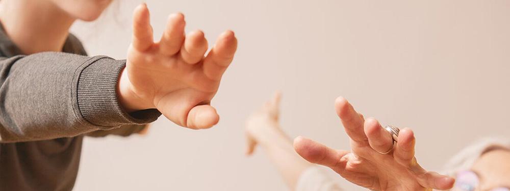 Photo montrant des mains en train de danser