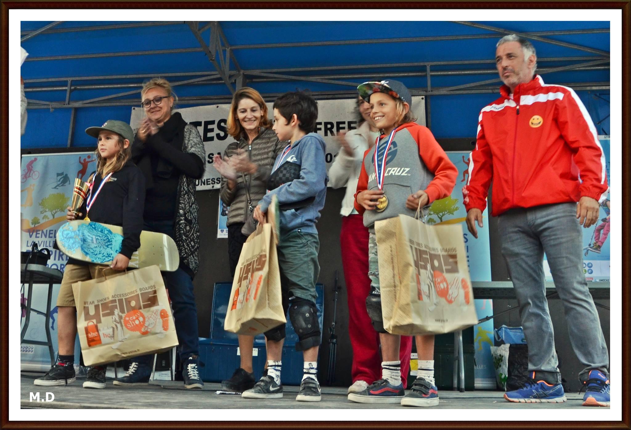 Photos de plusieurs enfants récompensés par une médaille posant fièrement sur le podium