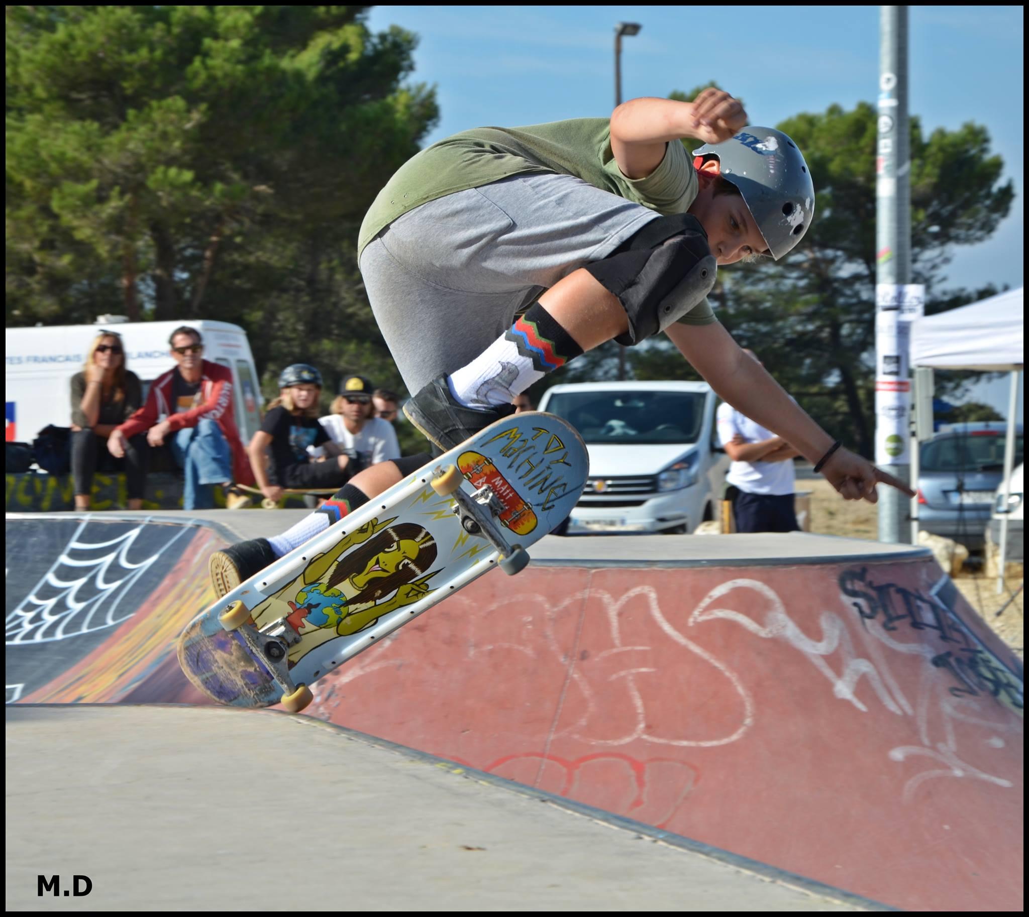 Photos d'un jeune garçon sur la rampe de skate en train de faire une figure
