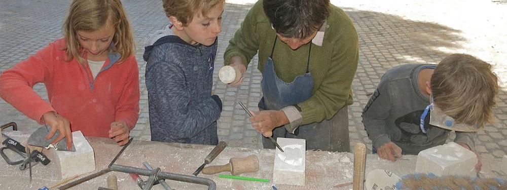 Photo des personnes participant à l'atelier scupture organisé dans le cadre des journées du patrimoine