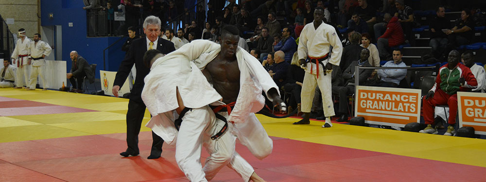 Photo de 2 judoka en train de combattre lors du tournoi international de judo