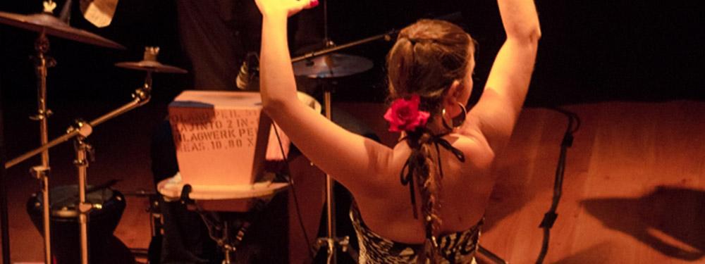 Photo d'une danseuse de flamenco dansant devant des musiciens
