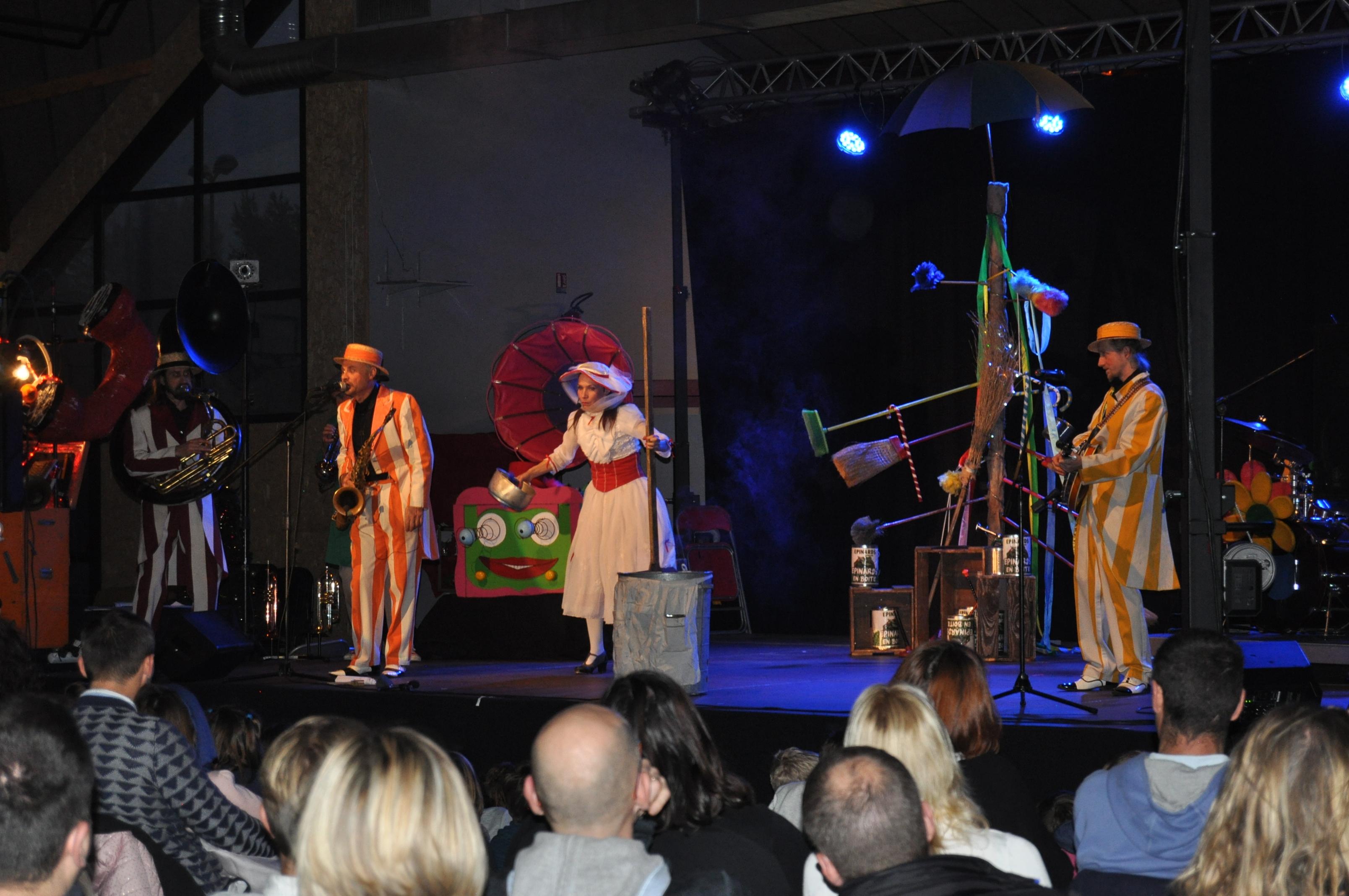 Photo des Venellois regardant le spectacle de Noël avec sur scène Lucien l'enchanteur et ses compères