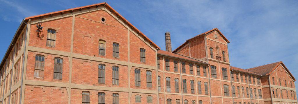 Photo représentant le bâtiment en brique rouge du site mémorial du camp des milles