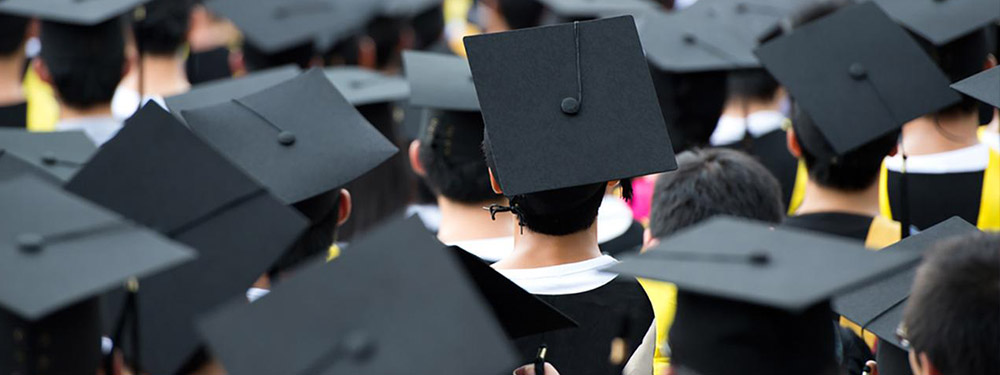 Photo des jeunes diplômés américain de dos avec leurs chapeaux
