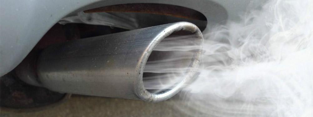 Photo d'une pot d'échappement faisant sortir de la fumée blanche