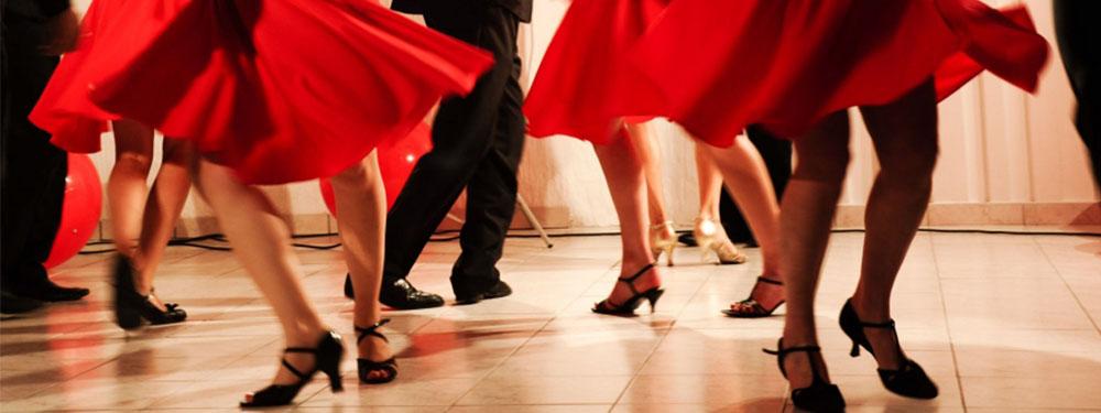 Photo montrant les pieds de danseurs de salsa en train de danser