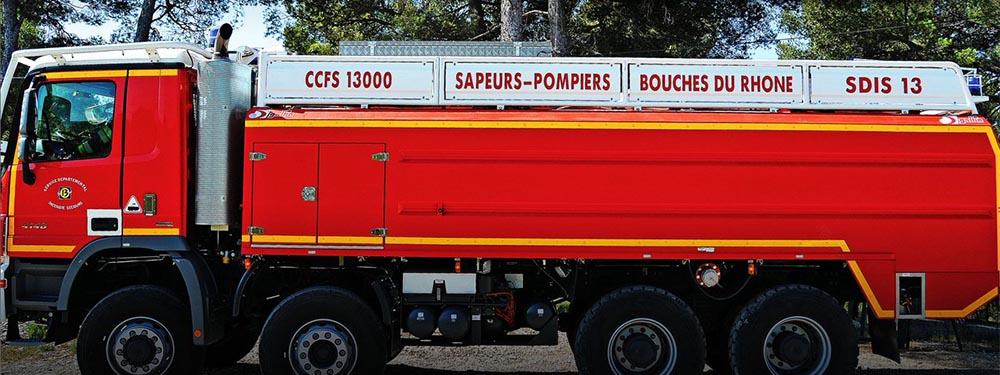 Photo d'un camion de pompier des bouches-du-Rhône vu de profil