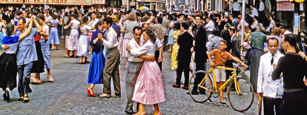Photo ancienne d'un bal dans la rue (années 60)