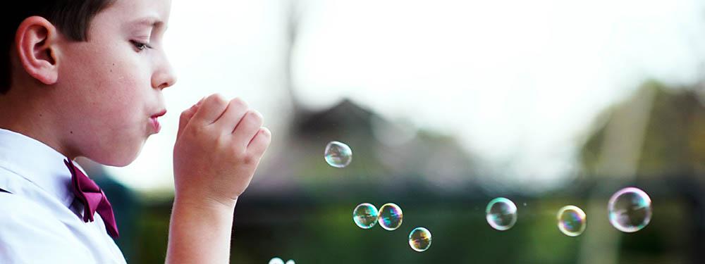 Photo d'un enfant en train de faire des bulles de savon