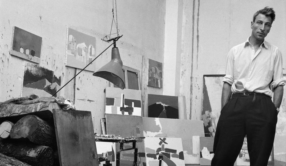 Photo de Nicolas de Stael dans son atelier