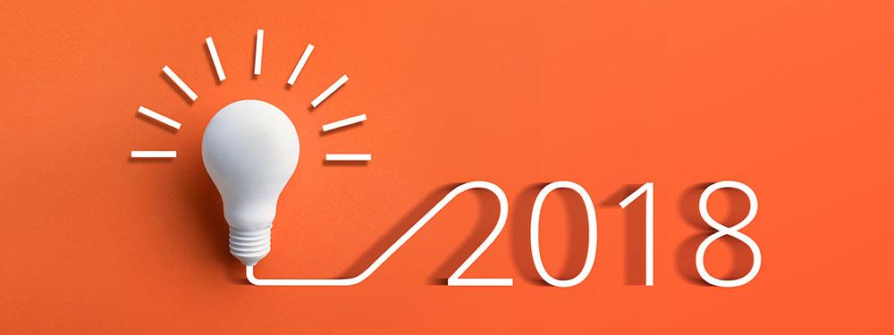 Photo montrant l'année 2018 commançant par une ampoule éclairée sur fond orange