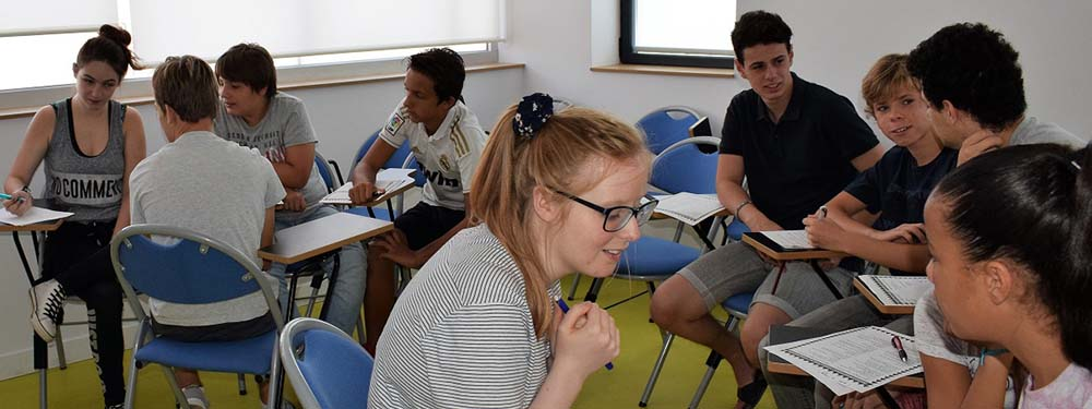 Photo avec des élèves de l'association By the way en train d'étudier l'anglais