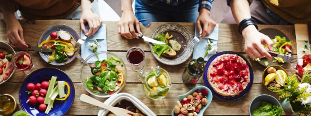 Photo vue de haut d'une table où plusieurs amis sont en train de partager un dîner