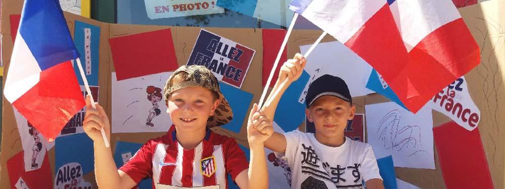 Photo de 2 petits venellois encourageant la France pour la coupe du monde de football
