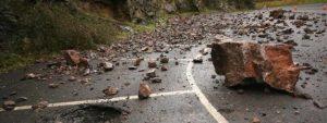 Photo d'un éboulement tombé au milieu d'une route