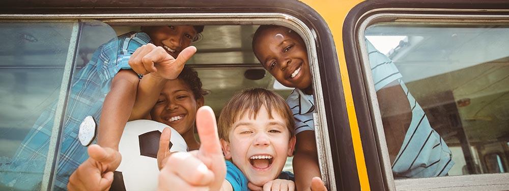 Photo d'enfants ravis d'être dans le bus scolaire